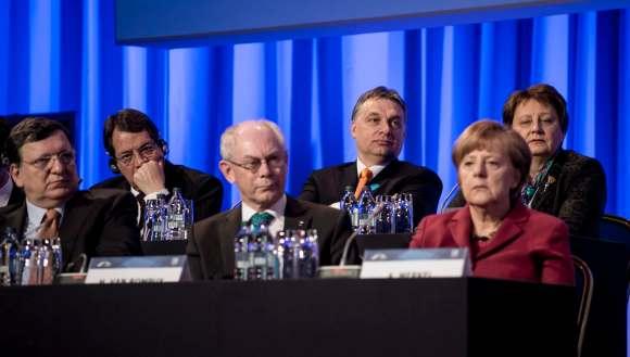 Dublin, 2014. március 7. A Miniszterelnöki Sajtóiroda által közreadott képen Orbán Viktor miniszterelnök (hátul k) az Európai Néppárt (EPP) kétnapos dublini kongresszusának második napján, 2014. március 7-én. Az elõtérben José Manuel Barroso, az Európai Bizottság elnöke (b), Herman Van Rompuy, az Európai Tanács elnöke (k) és Angela Merkel német kancellár (j). Orbán Viktor mellett balról Nikosz Anasztasziadesz ciprusi elnök, jobbról Laimdota Straujuma lett kormányfõ. MTI Fotó: Miniszterelnöki Sajtóiroda/Burger Barna
