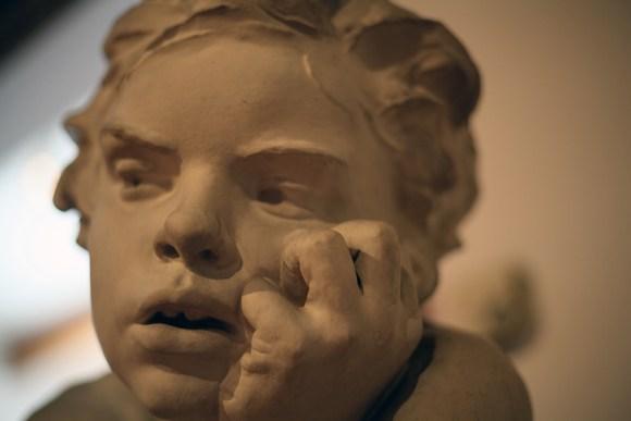 """""""A infância de Caim"""", pormenor. Gesso de António Teixeira Lopes (Vila Nova de Gaia, 27 de Outubro de 1866 - São Mamede de Ribatua, Alijó, 21 de Junho de 1942)"""