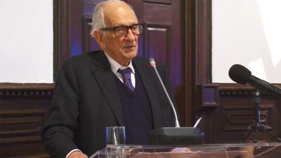O Professor Adriano Moreira proferindo a sua Conferência no Salão Nobre dos Paços do Concelho de Vila Nova de Gaia