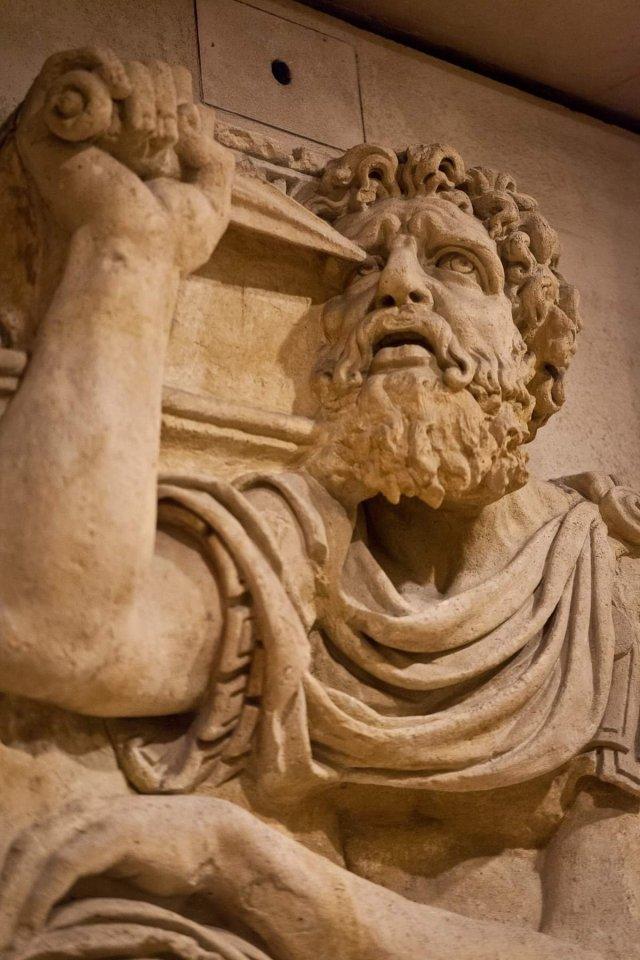 Fonte: https://commons.wikimedia.org/wiki/File:Zaleucus_-_Louvre_-_D111125.jpg