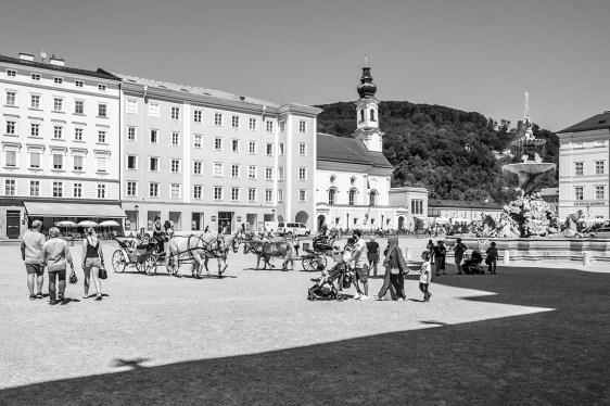 salzburgo-plaza-gente-carros