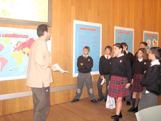 El tutor explica a los chicos en León.