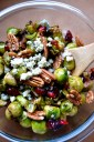repollitos de bruselas con nueces pecan arandanos rojos y queso gorgonzola