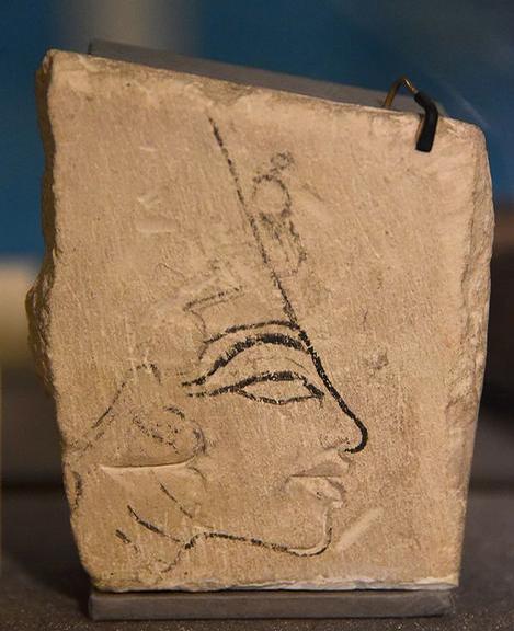 Peça que mostra o rosto da rainha Nefertiti / Crédito: Wikimedia Commons