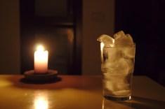 Cette photo et la suivante avec le verre et la bougies sont les plus travaillees... j'aime assez le contraste du verre de glacon avec la bougie. Sur celle la la teinte naturellement chaude de la bougie comme source d'éclairage unique réchauffe vraiment l'atmosphère... trop pour le thème ?