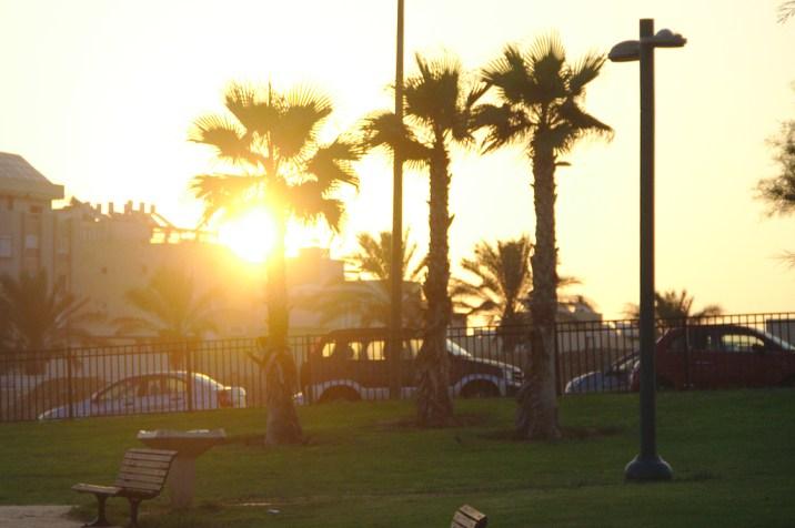 de l'autre cote de la plage, le soleil se lève...