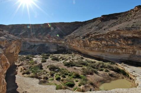Le cours d'eau, quand il est en crue, serpente le long d'un Canyon...