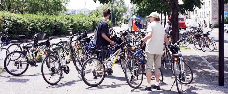How to rent bikes in Montreal, Canada. Bikes everywhere! Am I in heaven - or Montreal? Montreal bike rentals