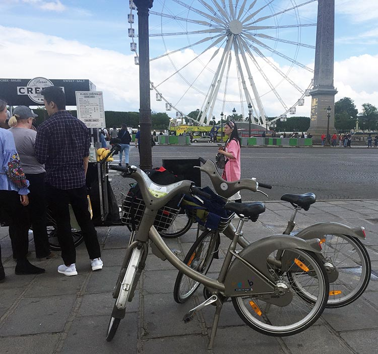 Riding a Velib bike gives you the flexibility to stop at any crepes stand you happen to see! This one was in the Place de la Concorde. How to Use a Velib Bike in Paris