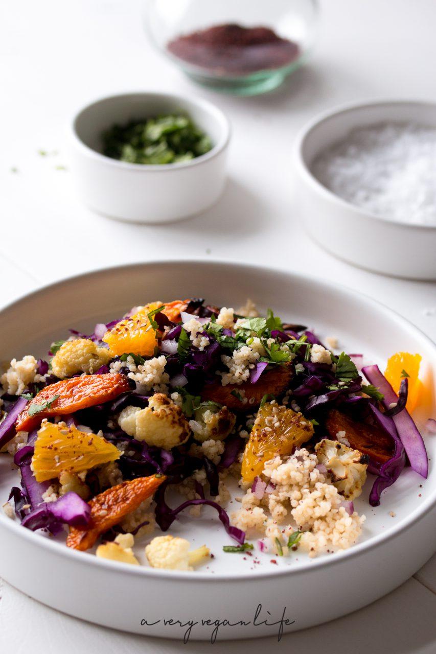 Veganer Couscous-Salat mit Blumenkohl, Orange und Rotkohl