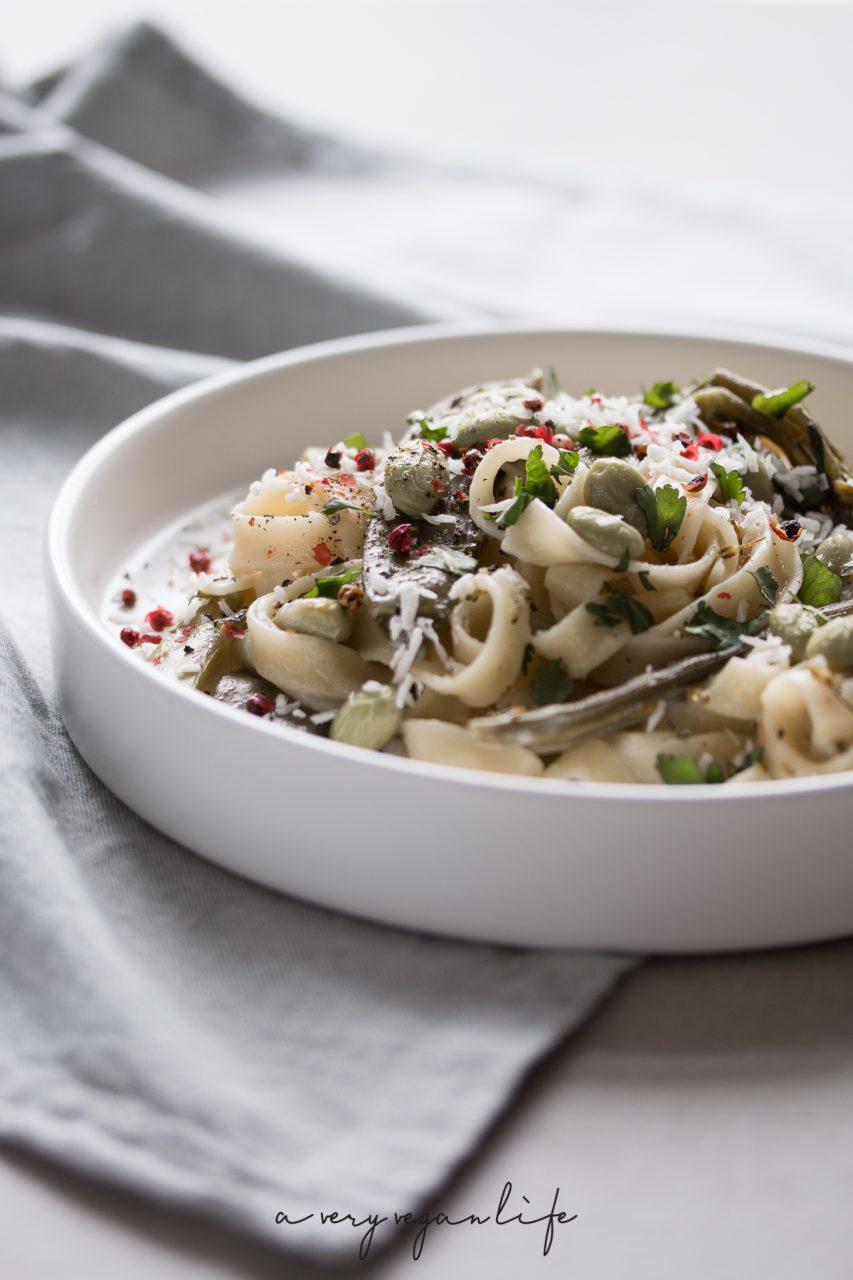 Vegan One Pot Pasta mit Linguine, Edamame und Koriander