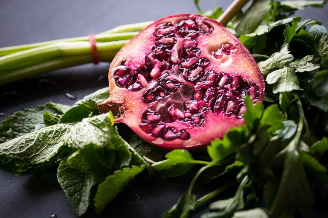 Granatapfel mit Minze und Petersilie