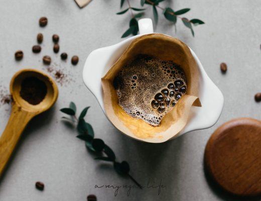 Kaffee mit Porzellanfilter aufbrühen