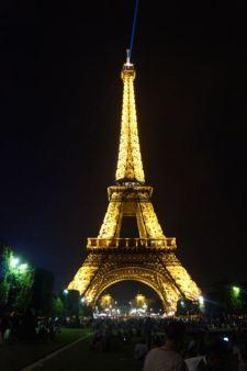 Der Eiffelturm bei Nacht mit seiner bunten Lichtershow