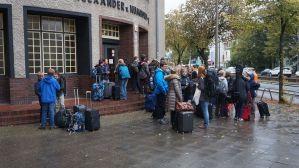 Gespannt warten alle auf den Bus.