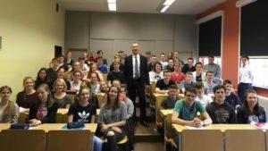Gemeinsames Foto Prof. Zurbuchen und Schülerinnen und Schüler der naturwissenschaftlichen Leistungskurse