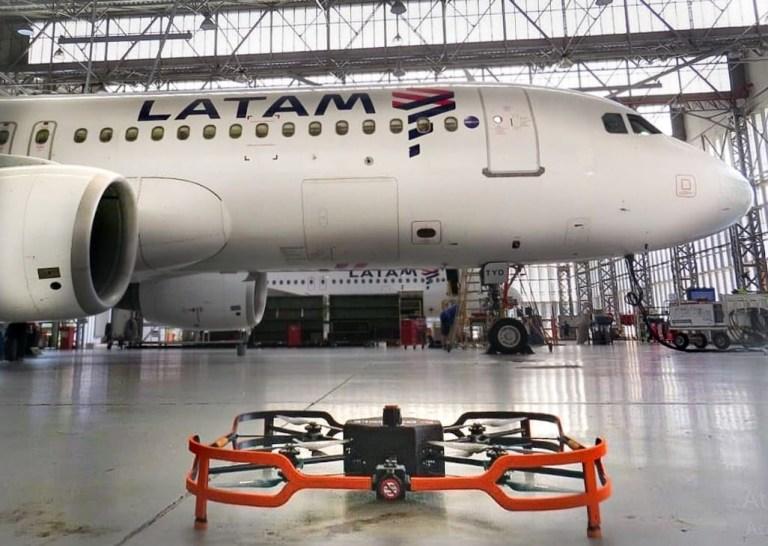 Um drone na inspeção de aeronaves