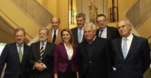 Felipe González entre dirigentes socialistas y del Partido Popular