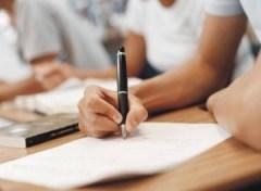 universitarios-pobres-sofrem-com-dificuldades-financeiras-e-pedagogicas-durante-o-curso1290600853-300x220