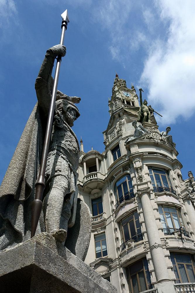 """Estátua """"O PORTO"""", agora colocada na Praça da Liberdade. No capacete, a estátua ostenta o Dragão da Cidade, retirado das nossas armas em 25 de Abril de 1940"""
