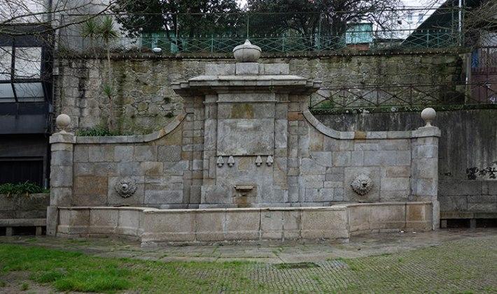 Antiga Fonte, que outrora esteve na Rua da Duquesa de Bragança (agora D. João IV), na esquina com a Rua da Firmeza (onde estava a Escola Soares dos Reis)