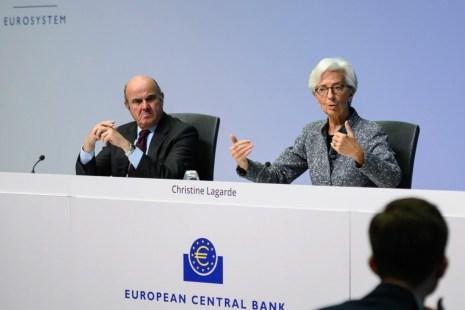 Texto 1 As bolsas colapsaram um vendaval de protestos contra Lagarde 1