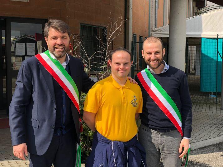 Il sindaco diValdellatorre, il sindaco di Avigliana Andrea Archinà insieme a un tedoforo