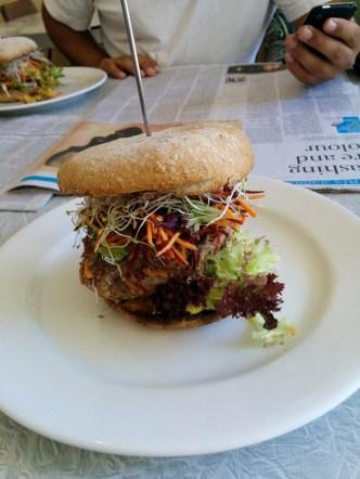 Veganer Burger im Bliss Organic Café in Adelaide