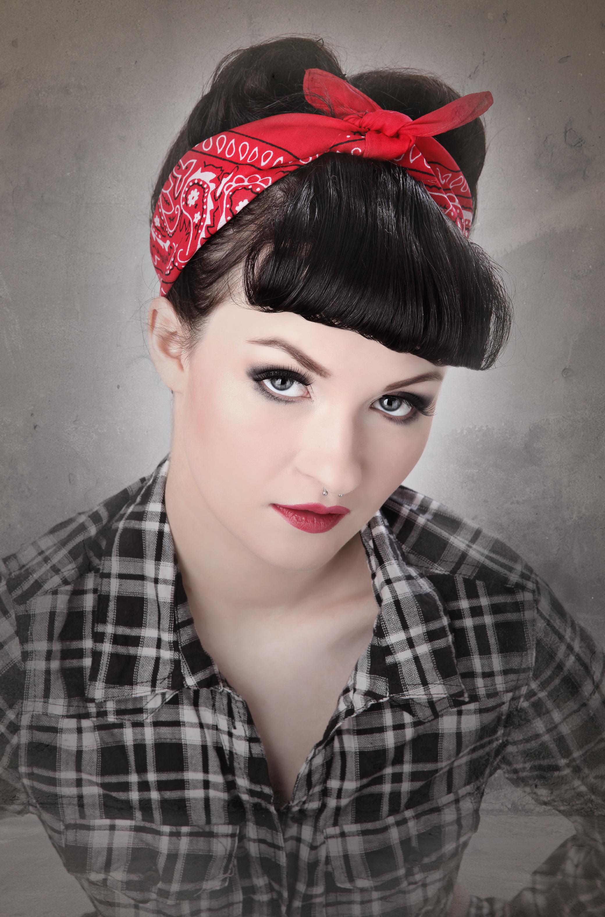 Rockabilly Frisur Frau Bandana