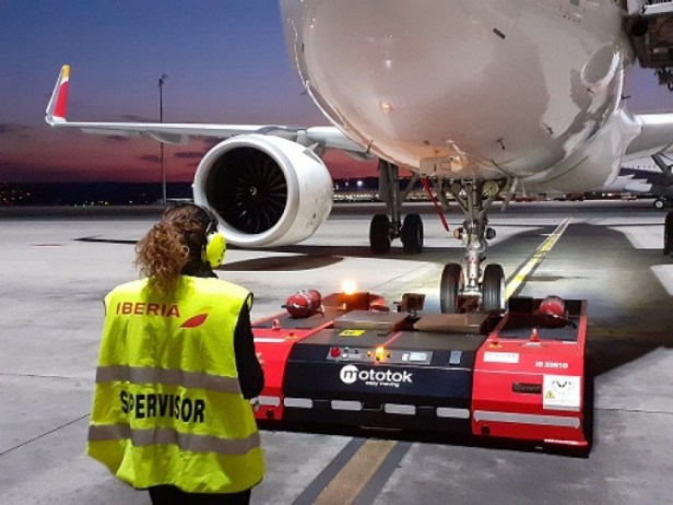 Tractor eléctrico dirigido por control remoto realizando pushback en un avion de Iberia por Iberia Airport Services handling