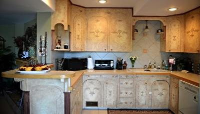 Guests Have Full Reign Over a Completely Stocked Kitchen at A Vista Villa Couples Retreat in Kelowna, BC