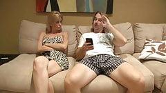 سکس با مامان رو مبل در حال تماشای تی وی