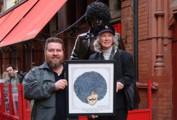 2009 Rod meets Philomena at Philo Statue outside Bruxelles Dublin