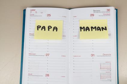 garde alternée inscrite sur un agenda mentionnant les jours papa et maman