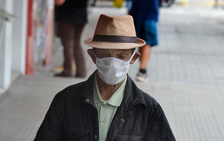 Idoso caminha de máscara pela Av. Alberto Braune: grupo de risco (Foto: Henrique Pinheiro)