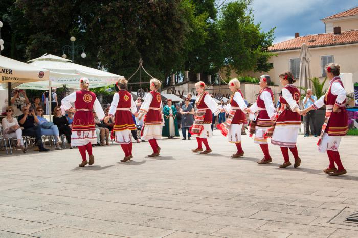 Cautand femeia croata