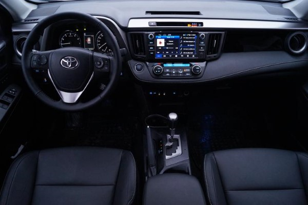 Фото передней панели Toyota RAV4.