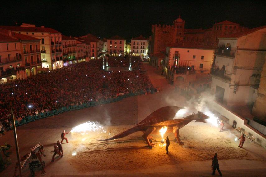 San Jorge y el dragón reviven la leyenda de Cáceres