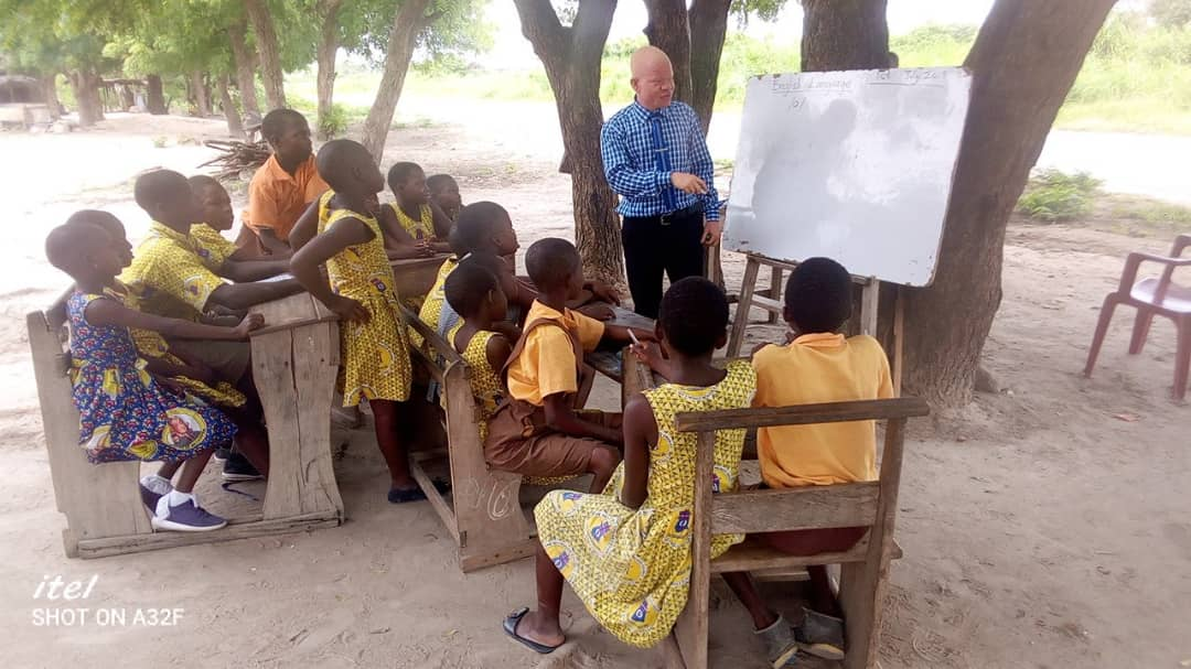 V/R: Lack of infrastructure forces pupils to study under trees along Aflao-Ho highway