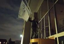 """Photo of متطرفون ريفيون ينزعون العلم الوطني من قنصلية ''أوتريخت"""" بهولندا (صور)"""
