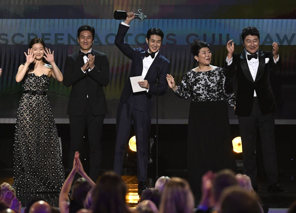 LOS ANGELES, CALIFORNIA - JANUARY 19: (L-R) So-dam Park, Sun-kyun Lee, Woo-sik Choi, Jeong-eun Lee, and Kang-ho Song accept Outstanding Performance by a Cast in a Motion Picture for 'Parasite' onstage during the 26th Annual Screen Actors Guild Awards at The Shrine Auditorium on January 19, 2020 in Los Angeles, California. 721359 (Photo by Kevork Djansezian/Getty Images for Turner)
