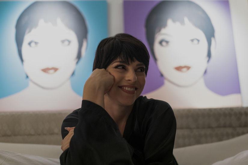 HALSTON (L to R) KRYSTA RODRIGUEZ as LIZA MINNELLI in episode 104 of HALSTON Cr. ATSUSHI NISHIJIMA/NETFLIX © 2021