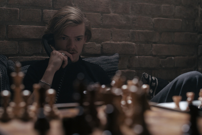 THE QUEEN'S GAMBIT (L to R) THOMAS BRODIE-SANGSTER as BENNY in episode 107 of THE QUEEN'S GAMBIT Cr. COURTESY OF NETFLIX © 2020