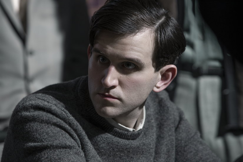 THE QUEEN'S GAMBIT (L to R) HARRY MELLING as HARRY BELTIK in episode 102 of THE QUEEN'S GAMBIT Cr. PHIL BRAY/NETFLIX © 2020