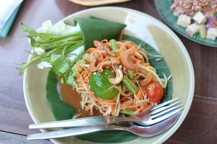 Spicy papaya salad at Pun Pun