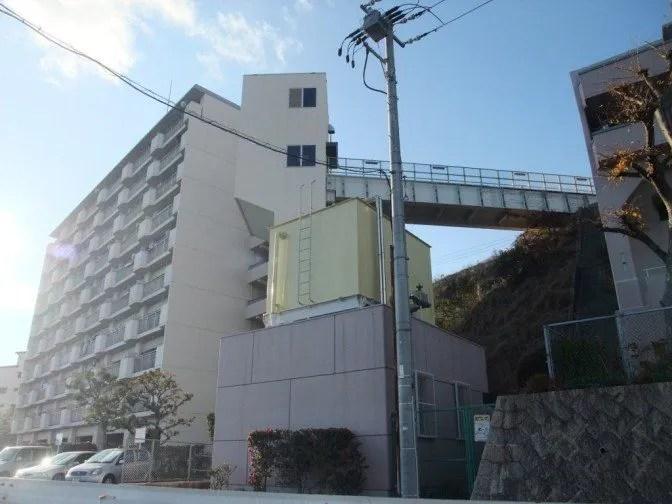 長い陸橋付きのマンション