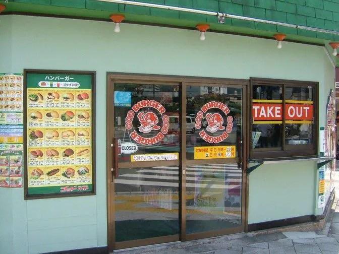 シンプルな店の入口。ちなみにテイクアウトするときも店内注文でOK(小窓は不要)