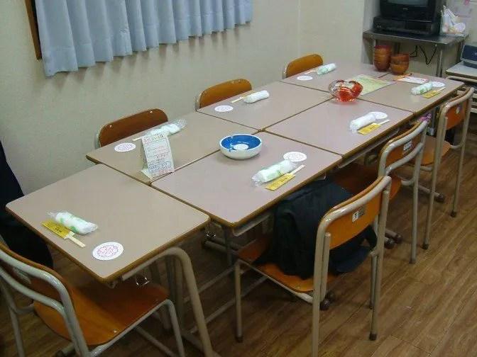 まさに学校の教室の風情。給食を食べる用に机が向き合っている