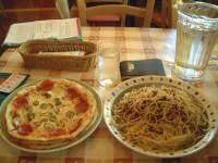 ピザ3枚とペペロンチーノが山盛りで登場