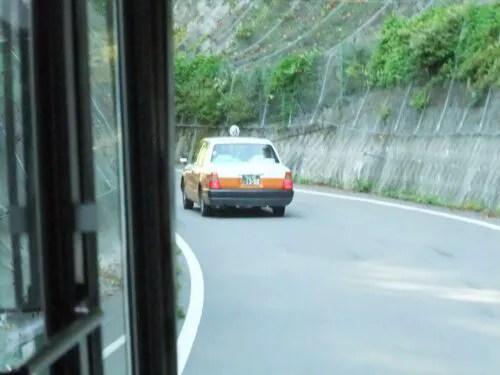 タクシーはすいすい前へ行く